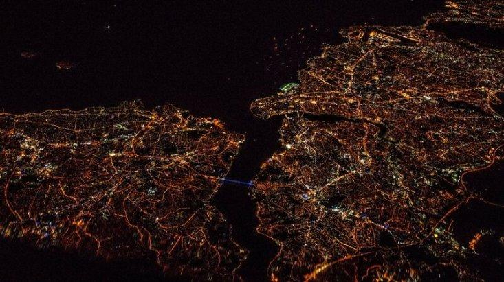 Пролив Босфор и город Стамбул, ночная Турция во время рейса из Варшавы в Тель-Авив. Фото: Януш Татарчук, капитан Boeing 737, LOT Polish Airlines