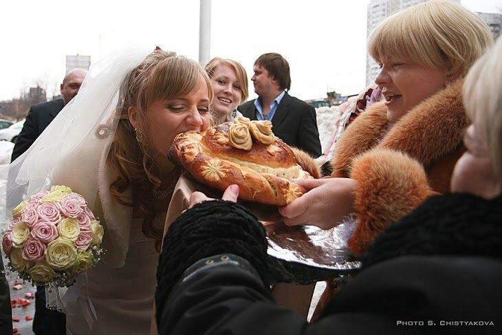 Фото, видео: Невеста вывихнула челюсть, когда пыталась откусить каравай