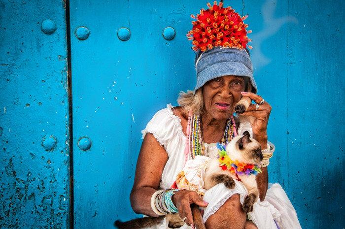 Модная старушка с котом. Автор фотографии: Витольд Скрипинский (Witold Skrzypinski).