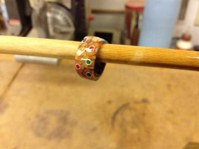 Как сделать забавный перстень из цветных карандашей
