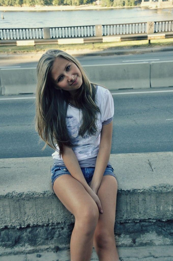 Девчонка в белой полупрозрачной футболке
