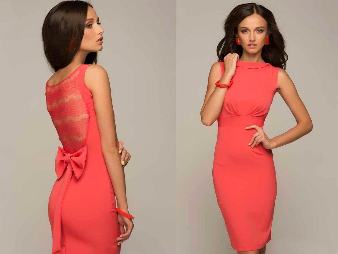 Фото со спины  в платье коралового  цвета