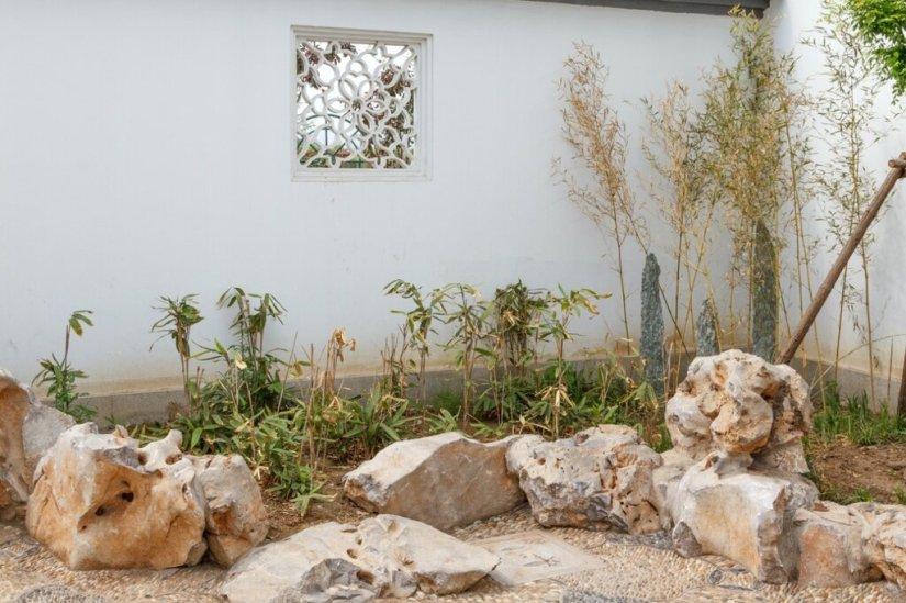 Маленький сад с камнями и бамбуком
