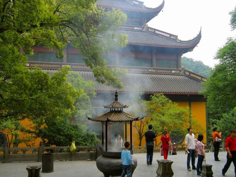 Во дворе монастыря, Монастырь Линъиньсы, Ханчжоу