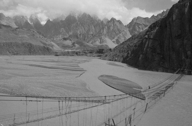 Пакистан. Подвесные мосты Хуссаини. Сооружения расположены над рекой Хунза.(Joshua Song)