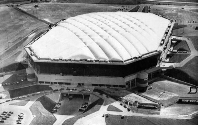 Заброшенный 80 тысячный стадион «Понтиак Сильвердом»
