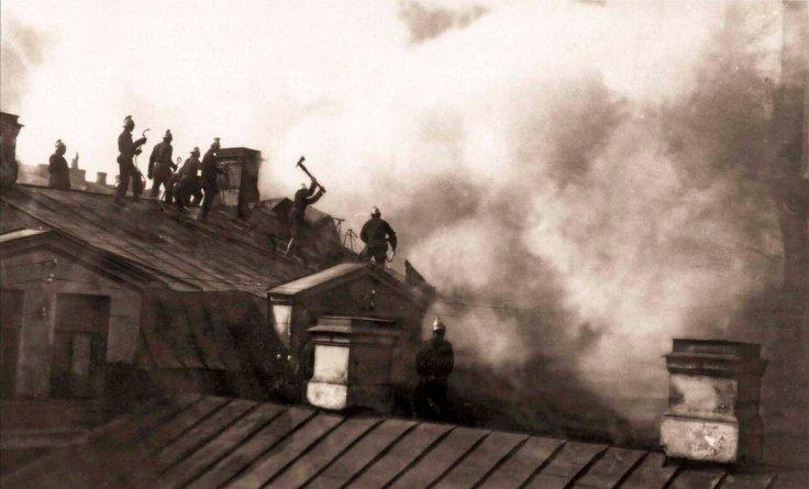 1914. Пожар Апраксина двора. Группа пожарных за разборкой крыши корпуса наследников Линевича.