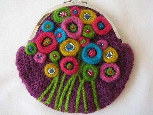Косметичка крючком с валяными цветами