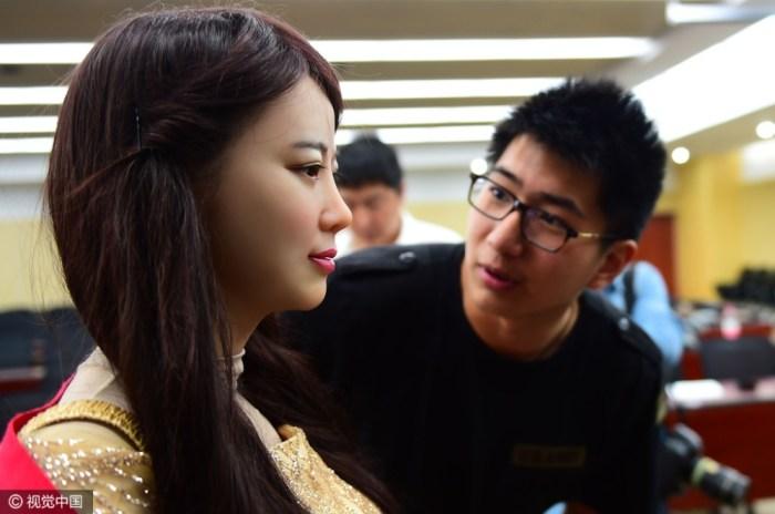 Китайский предсказатель предсказывает девушкам будущее, тиская их за грудь