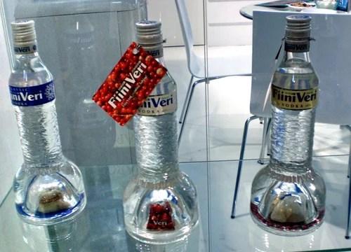"""Водка """"Fiini veri"""" фото. Бутылка имеет воздушную полость в днище, где помещается несколько конфет или цветок"""