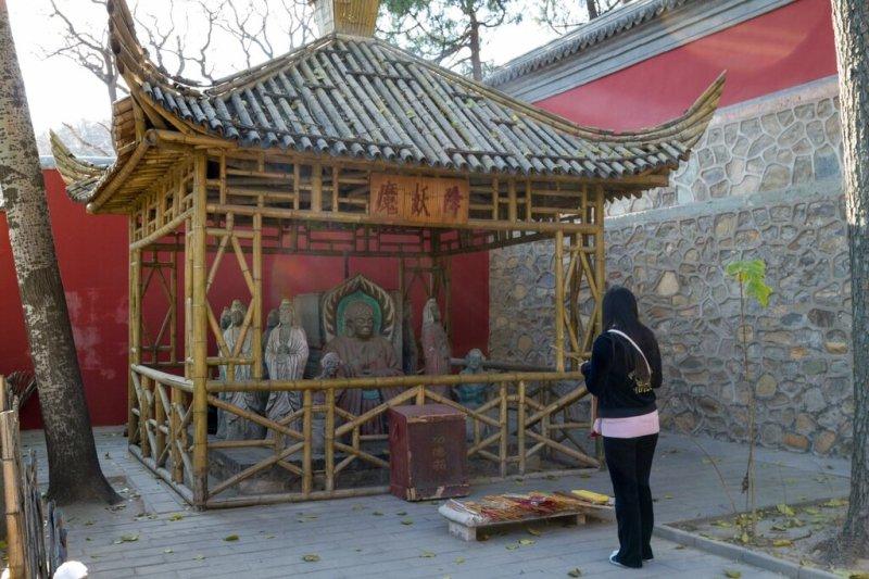 Беседка со статуями святых, монастырь Сянцзе, Бадачу