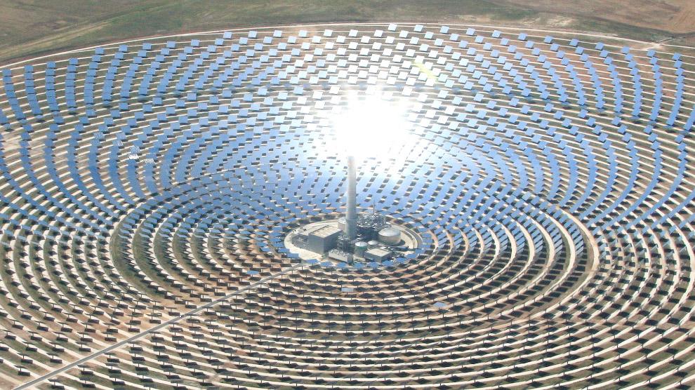 3. Солнечная электростанция Gemasolar состоит из огромного зеркального поля и возвышающийся в е