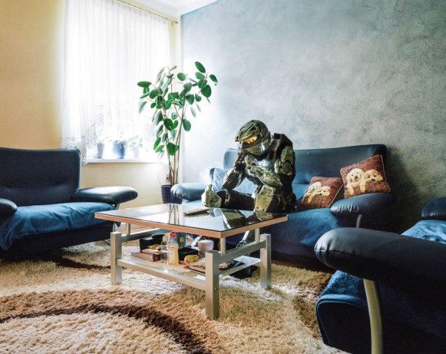 Люди в костюмах косплей у себя дома