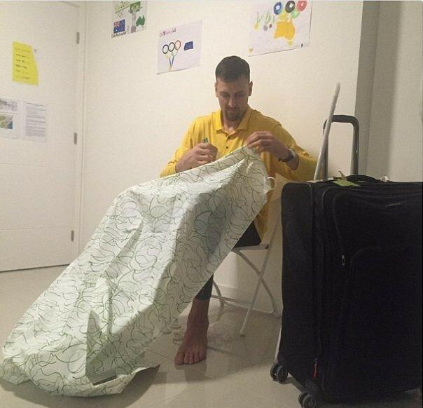 Австралийский баскетболист Эндрю Богут жалуется, что пришлось самостоятельно приделывать занавеску в ванной, чтобы не затопить пол.
