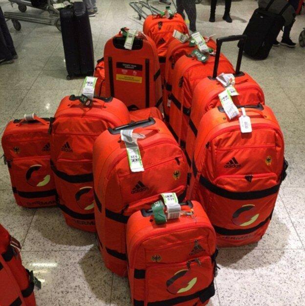 Немцы подготовились, специально взяли красные сумки. Прилетели в Рио и запутались, где чей багаж.