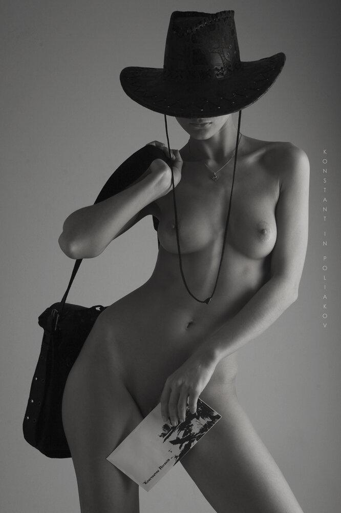 голая девушка в шляпе фото