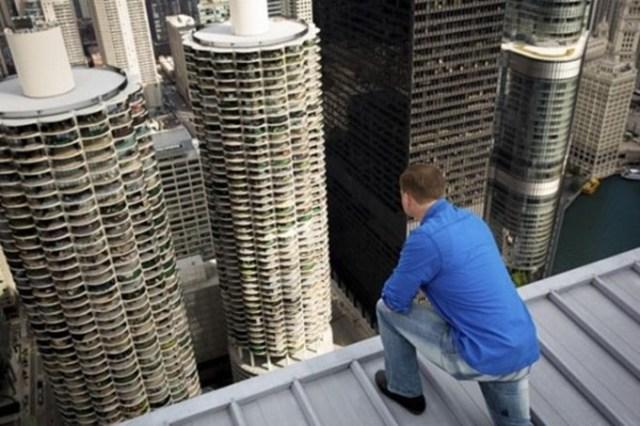 Канатоходец Ник Валленда прошел между небоскребами Чикаго