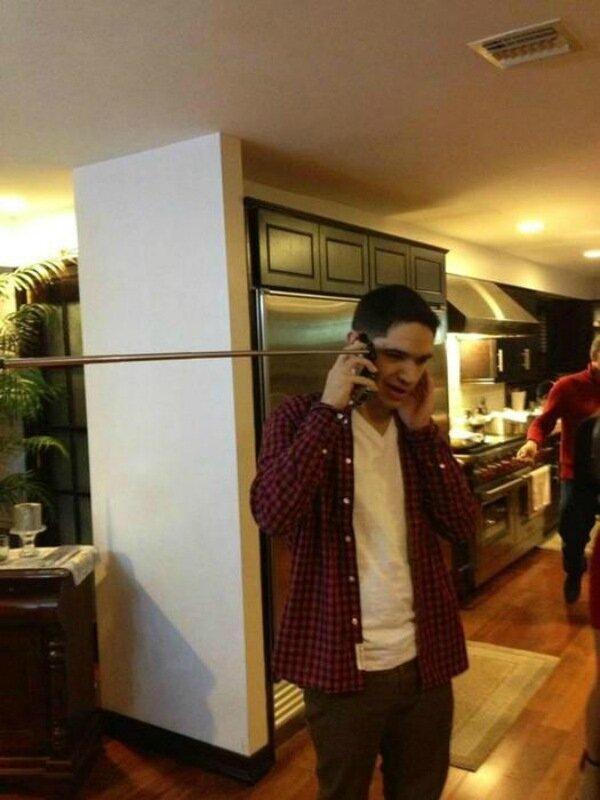Фотографии людей, которые говорят по телефону с палкой для селфи