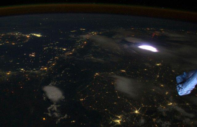 Как выглядит молния из космоса