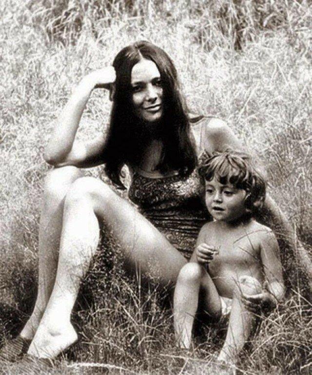 Маленькая Анжелика Варум с мамой