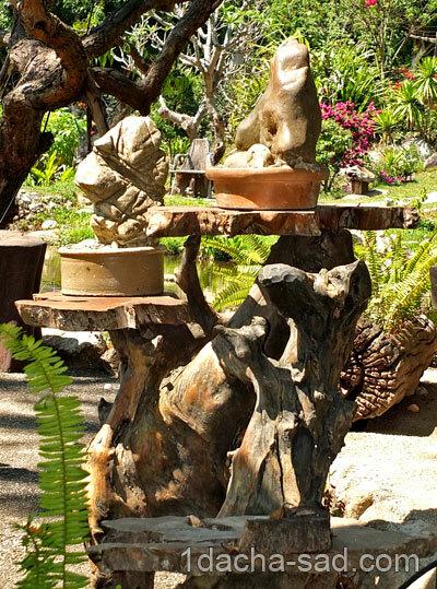Каменные скульптуры на деревянном постаменте