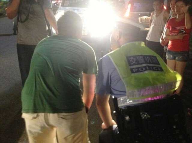 Как китайские полицейские наказывают водителей