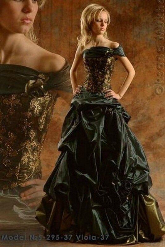 Свадебное платье из туалетной бумаги и перьев павлина
