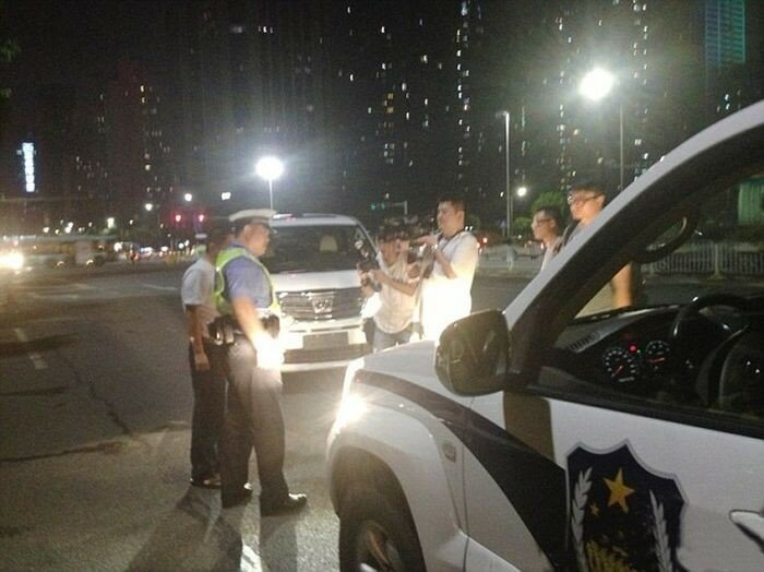 Как китайские полицейские наказывают водителей за дальний свет