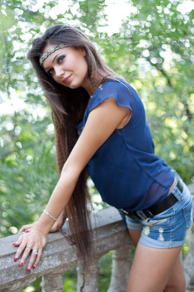 Длинноволосая красавица с лентой в синей футболке