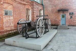 Партизанская пушка у краеведческого музея