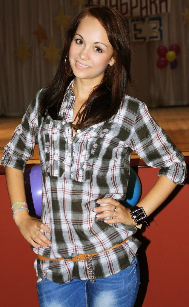 Юная девушка в клетчатой рубашке