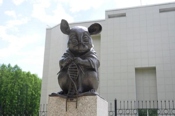Памятник мыши, вяжущей нить ДНК: dobrokoshka — LiveJournal