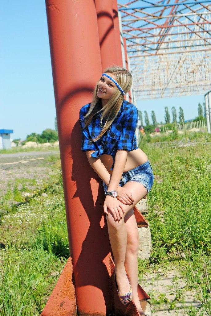 Девчонка с ленточкой на голове в клетчатой рубашке
