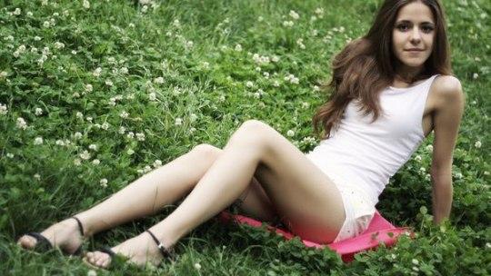 Девушка в белом топике и белых шортах