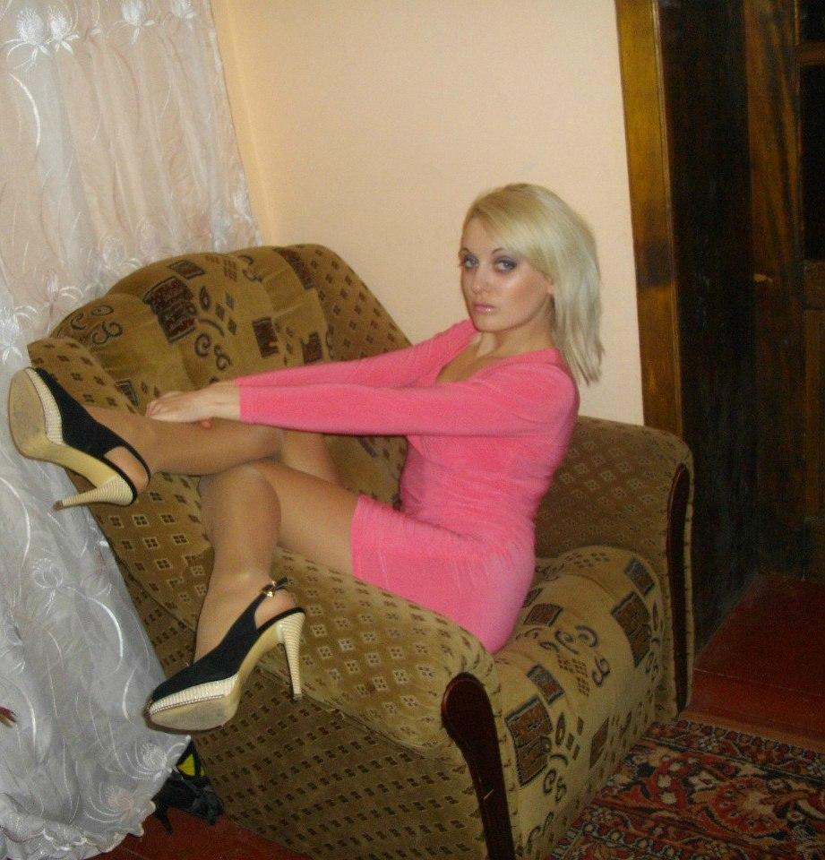 Голубоглазая блондинка в розовом платья и колготках