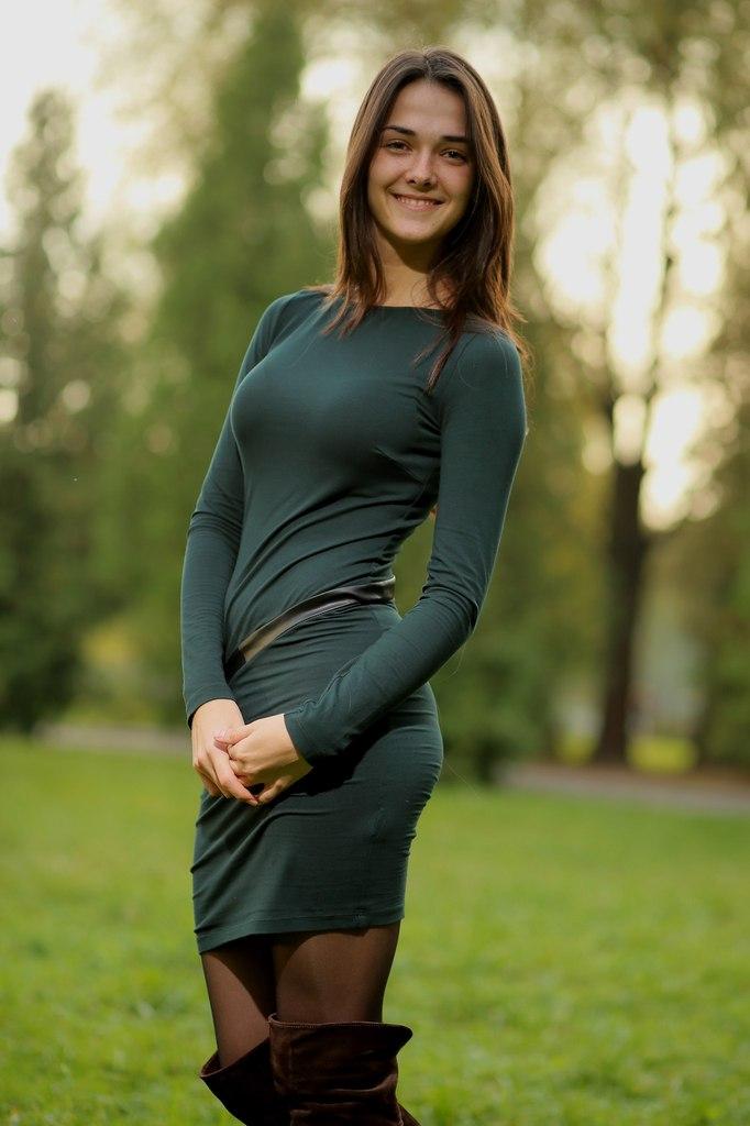 Милая девчонка в темно-зеленом платье  с ремнем