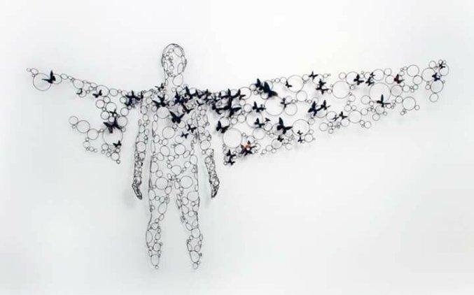 Художник принес в галерею крылья и бабочек