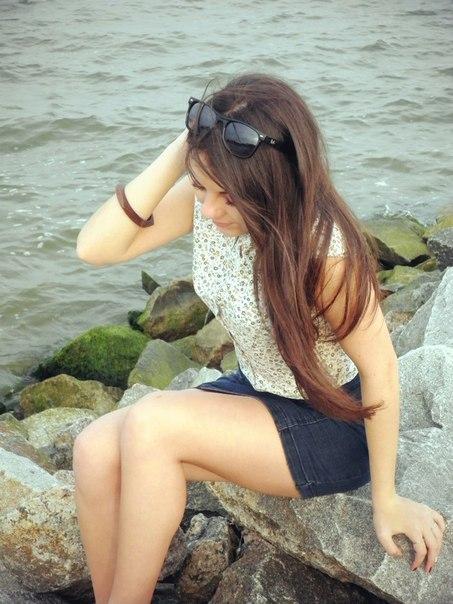 Девчонка в рубашке и джинсовой юбке