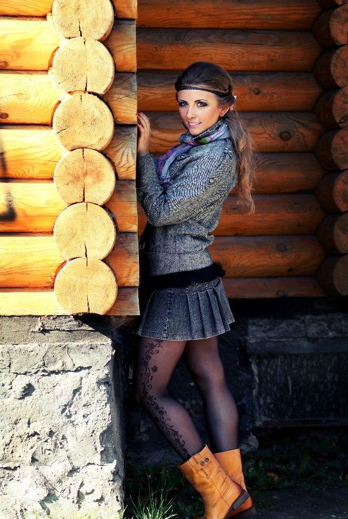 Девчонка в вязаной кофточке  и колготках