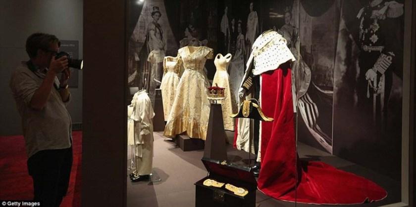 Роскошные костюмы и украшения королевы в Букингемском дворце