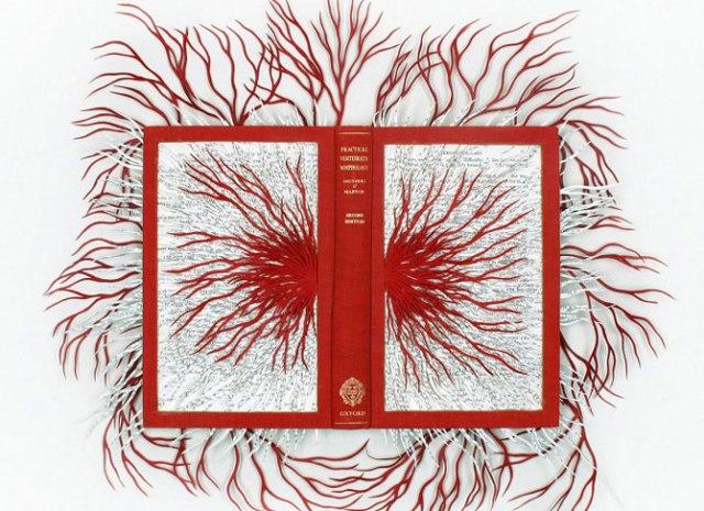 «Бумажное» искусство: филигранные узоры из изрезанных страниц
