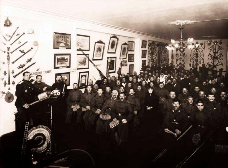 1915. Выздоравливающие раненые солдаты слушают лекцию в зале Императорского Российского Пожарного Общества.