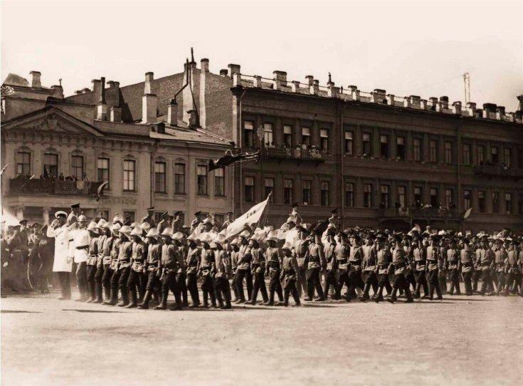 1912. Дети-пожарные во время церемониального марша проходят мимо Императора Николая II.