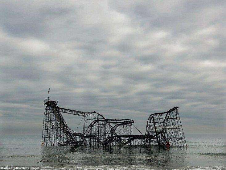 Когда-то эти американские горки развлекали людей в Сисайд Хайтс, Нью-Джерси, но после того как в 2012 году по ним прошелся ураган Сэнди, веселью наступил конец. Шторм снес большую часть пирса, оставив аттракцион Jet Star в воде.