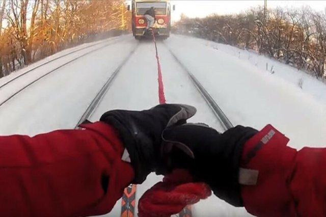 Прокатился на лыжах за электричкой парень
