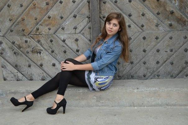 Фотосет девчонки в черных леггинсах и туфлях