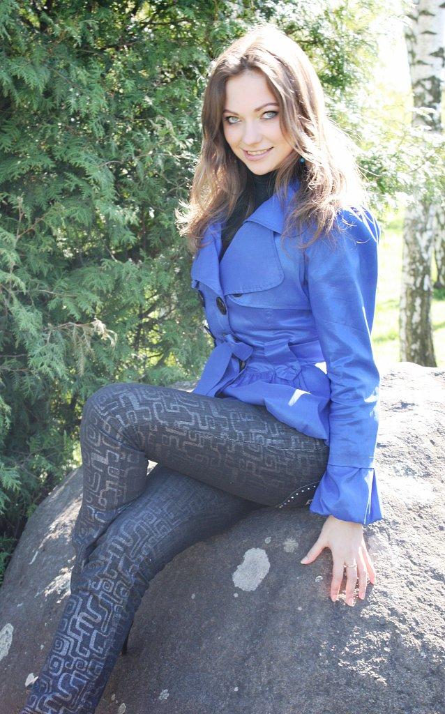 Девушка с пронзительным взглядом в синем плаще