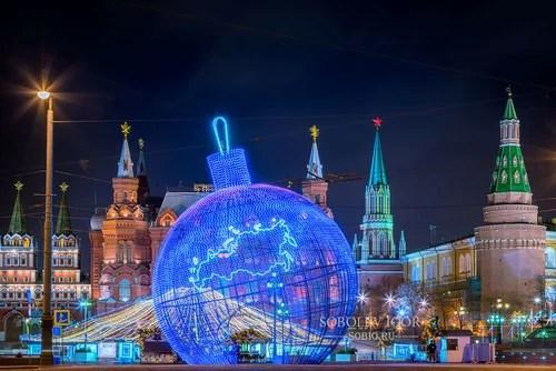 Большая елочная игрушка на Манежной площади в Москве