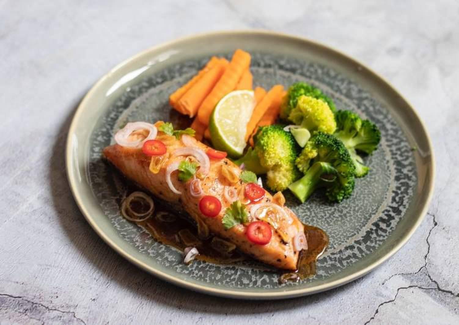 Shallow panfried salmon in sweet salty sauce 🐟 แซลมอนทอดน้ำปลา