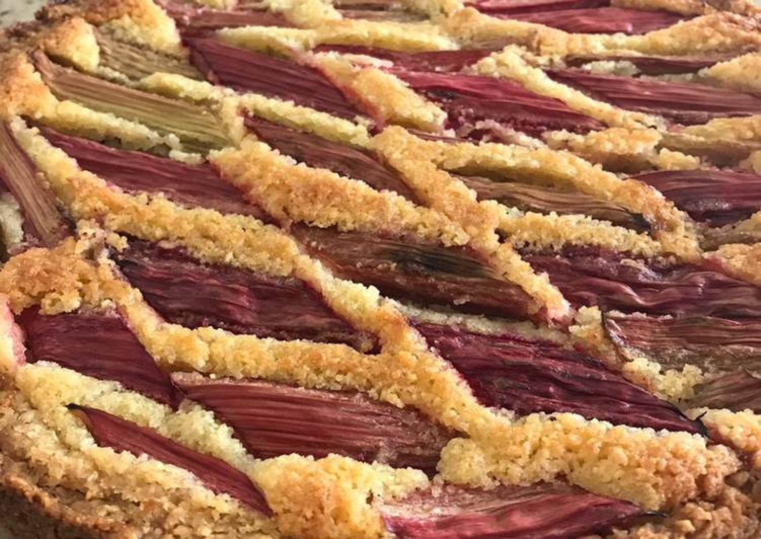 Rhubarb oats tart with frangipane